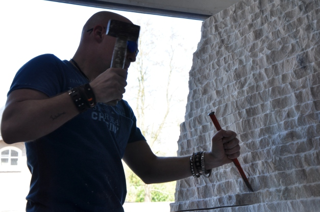 Beeldhouwer Jan-Carel Koster aan het werk in steen